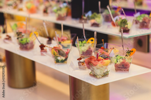 Fotografía Beautifully decorated catering banquet table with variety of vegetables and diff