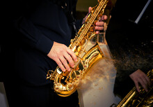 Closeup Saxophone Disperse Dus...