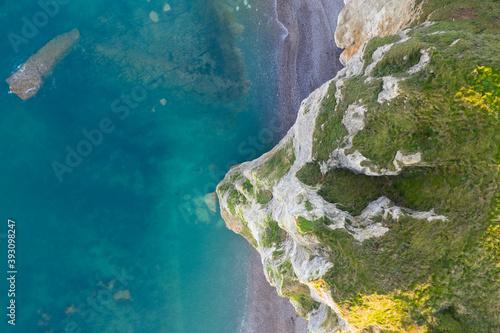 Fotografiet Vue aérienne (drone) des falaises de Normandie sur le littoral et la mer turquoi