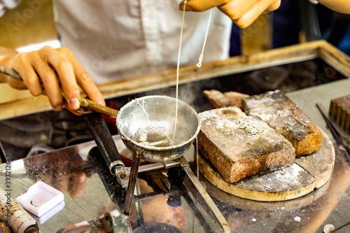 Fotomural Austerzucht in Vietnam, die Perlen der Austern werden exclusiv zu Schmuckstücken bearbeitet
