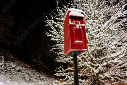 Traditional red postbox in the snow Fototapet