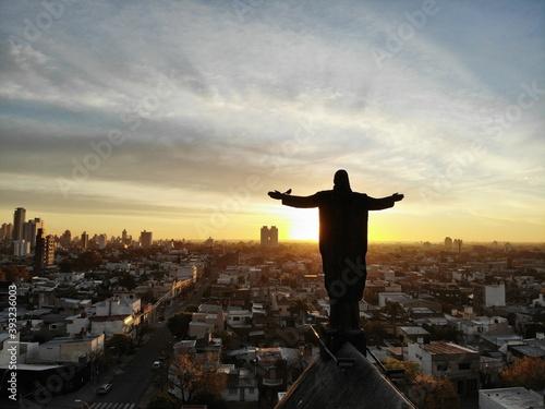 Tela Escultura del señor Jesus extendiendo los brazos al sol en forma de gratitud