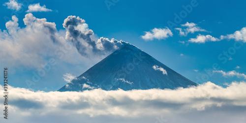 Photo Beautiful volcano eruption, warning danger mount peak erupting ashes and volcani