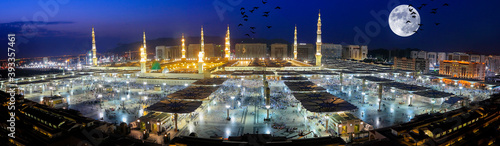 Cuadros en Lienzo Medina or Medina-i Münevvere is the city located in the Hejaz region of today's Saudi Arabia, in the north of Mecca
