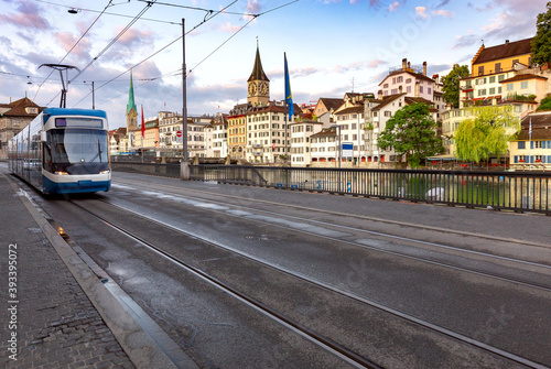 Stampa su Tela Zurich. Old city embankment and medieval houses at dawn.