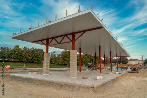 Tela Newly built gas station in the USA with red steel beams holding up the white cov