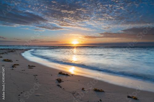 Fototapeta Early mornings at the beach - a sunrise seascape obraz