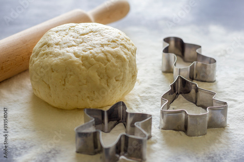 Fotografia Fresh shortbread dough for baking Christmas cookies and figures for slicing on the table