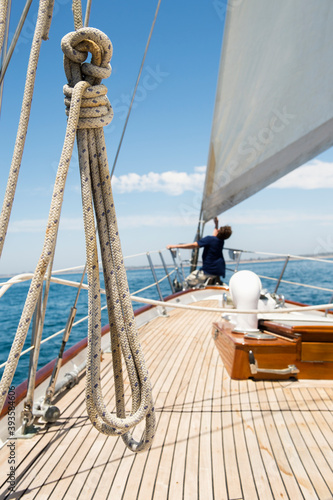 Photo Man working on prow of yacht