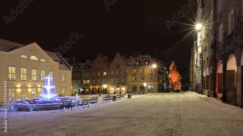 Fototapeta zimowa noc w Olsztynie w północno-wschodniej Polsce obraz