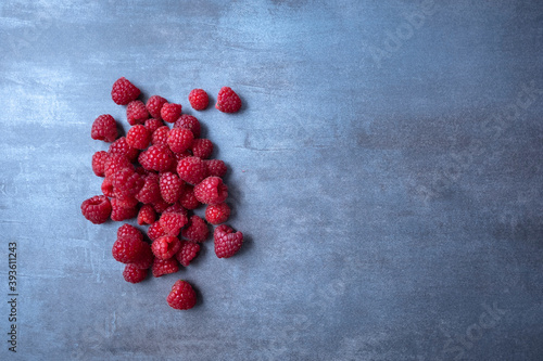 Photo raspberry berries on gray background, free space for text
