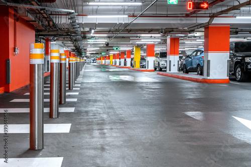 Foto Parking garage - interior shot of multi-story car park, underground parking with cars