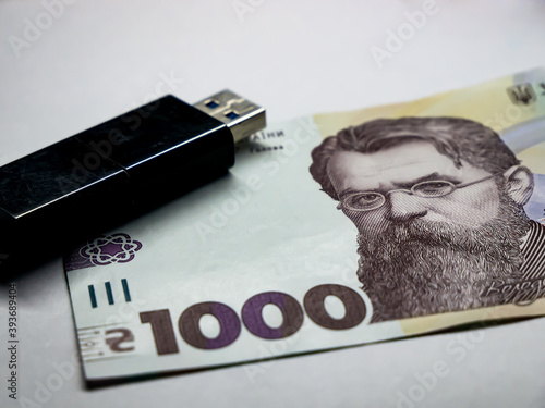1000 hryvnia banknote and usb flash drive Fototapet