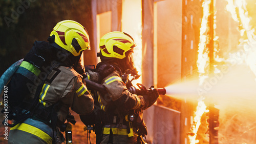 Canvas Print Fireman extinguish fire with the hose