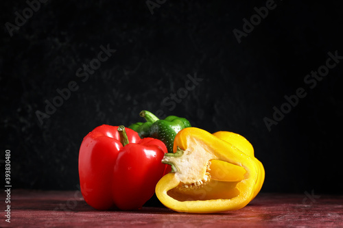 Fotografia Fresh bell peppers on grunge background