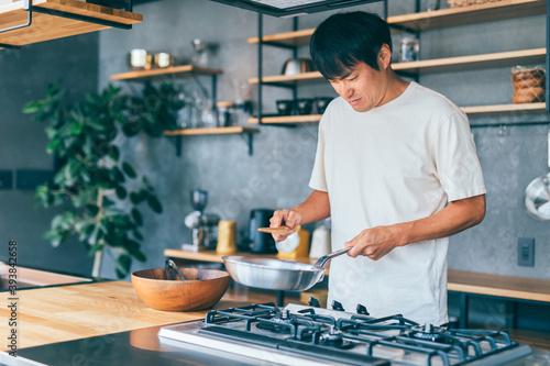 料理する男性 Fototapet