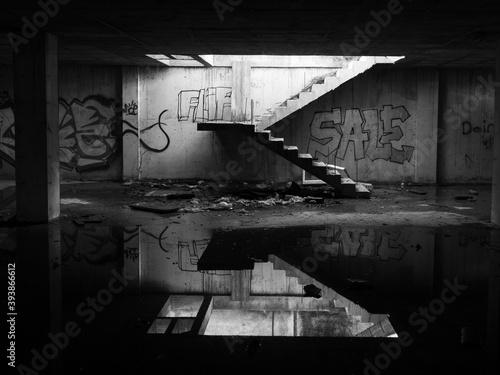 Obraz na płótnie Ruinas con graffiti y charco reflejado