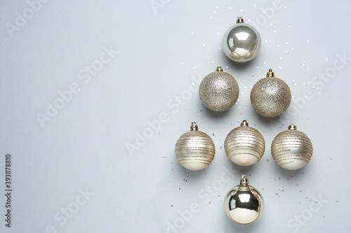 Christmas tree shape made of decorative balls on light background, flat lay Fotobehang