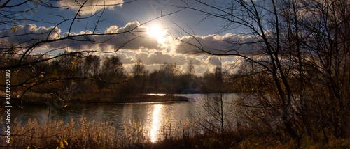 Fototapeta Zachód słońca nad jeziorem w jesieni obraz