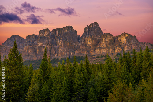 Fotografía Stunning sunset mountainside in Banff National Park with pink, purple, golden looking rocks, mountain in summertime, summer with woods, forest, wilderness in foreground