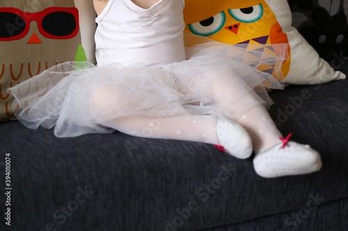 Fototapeta Dziewczynka siedzi w tiulowej sukience na balet obraz