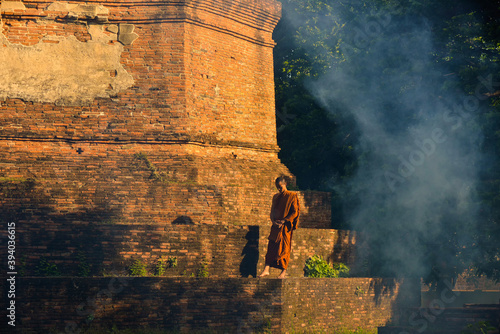 Foto Buddhist monks Walk around the pagoda in Bodh Gaya