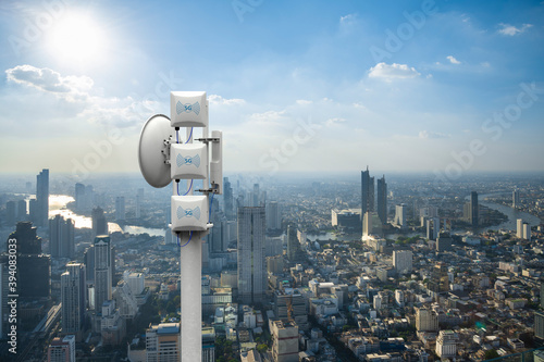 Fotomural Telecommunication tower with 5G cellular network antenna on city background