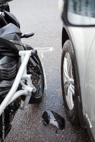 Photo Close up view at motorcycle and car standing side by side, bike with engine bars