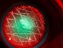 Semaforo Con Luce Rossa Accesa E Cerchio Di Luce Verde Al Centro, Concetto Di Miglioramento Della Situazione