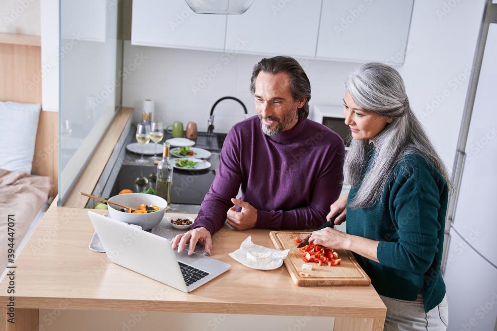 Leinwandbild Motiv - Yakobchuk Olena : Couple prepares their favorite recipe