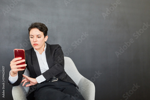 Frau nutzt Corona App auf dem Smartphone