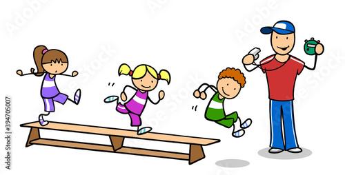 Übungsleiter beim Kinderturnen an Turnbank mit Kindern