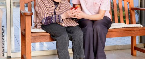 Fotografija 老人福祉施設 高齢者の世話をする介護スタッフ