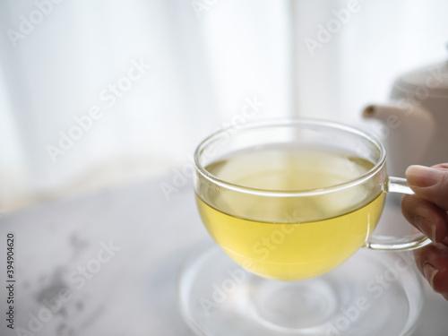 Fotografia 透明耐熱グラスに急須で注がれた緑茶・日本茶を家で飲む様子。