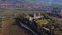 Vista Aerea Di Un Antico Castello Medioevale Sopra La Cima Di Una Collina.