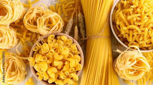 Papel de parede assorted of raw pasta- top view