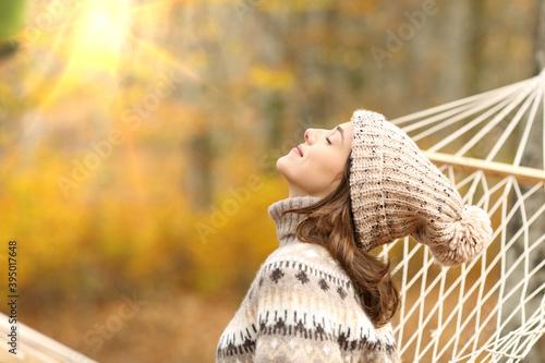 Fotografia Woman breathing fresh air in autumn in a forest