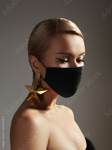 Fotomural Beautiful woman with medicine mask on face