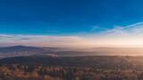 Widok z góry na odległe góry