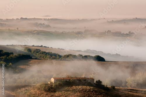 Tableau sur Toile la magia della nebbia e dell'alba fra le colline toscane