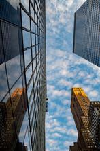 Vista Dal Basso Di Grattacieli E Cielo E Nuvole