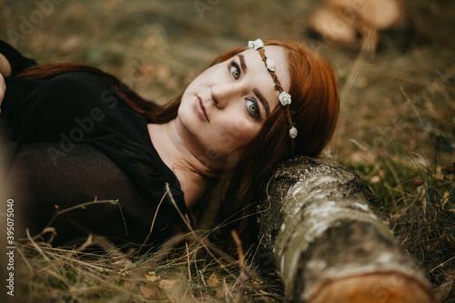 Naklejka premium Blada rudowłosa piękna kobieta z zielonymi oczami pozuje