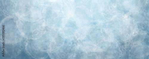 Obraz Sfondo blu acquerello con trama nuvolosa e grunge marmorizzato, nebbia morbida e illuminazione nebulosa e colori pastello. Banner web lungo. - fototapety do salonu