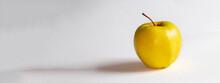 Pomme Golden Sur Fond Blanc Et...