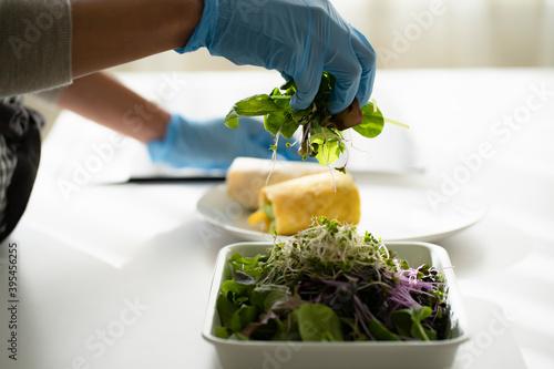 手袋をつけて料理をする女性の手元 Billede på lærred