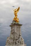 Fototapeta Londyn - Victoria Memorial rzeźba przed Buckingham Palace, poświęcona królowej Wiktorii.