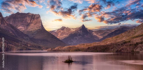 Photo Beautiful Panoramic View of a Glacier Lake with American Rocky Mountain Landscape in the background