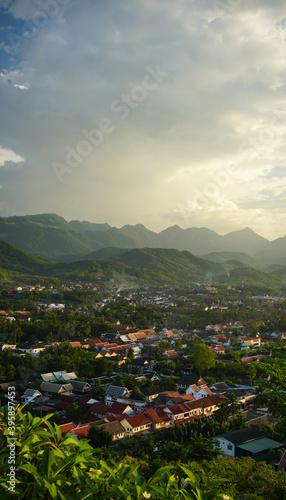 Fototapeta Aussicht auf die Stadt Luang Prabang und die Landschaft von oben am Morgen, copy space obraz na płótnie