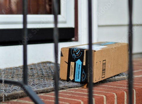 Obraz Amazon Box Shipped to Residential House Internet Order Delivery - fototapety do salonu