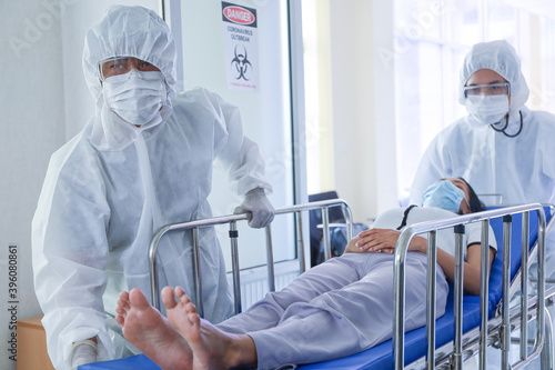 Fotografia Doctor or staff check or cure or treatment patient sleep on hospital bed, corona